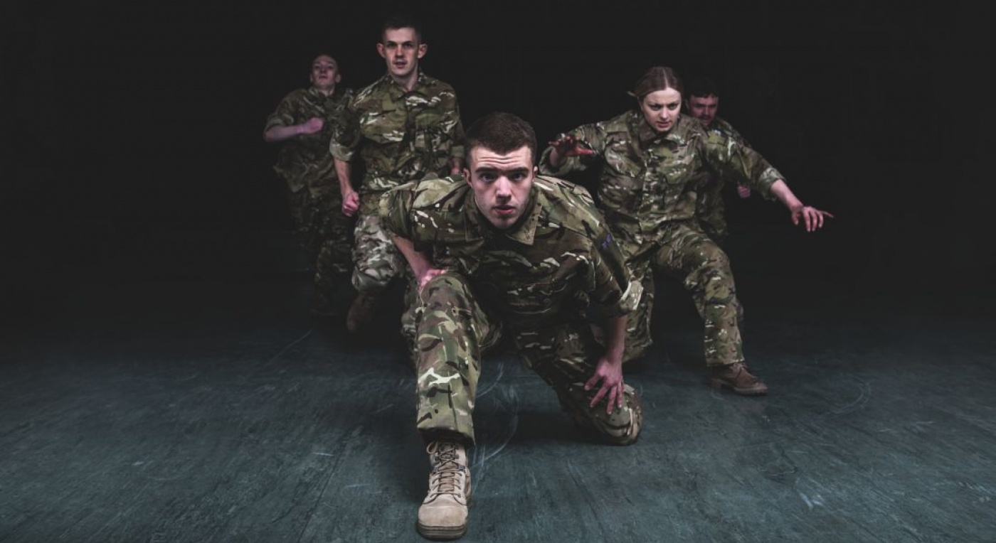 5 Soldier in army fatigues kneel towards the camera