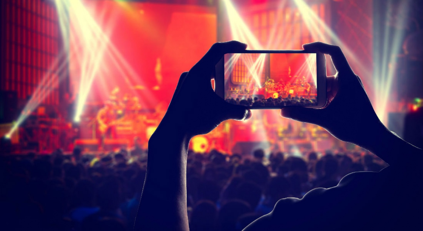 Recording crowd and stage performance on mobile phone